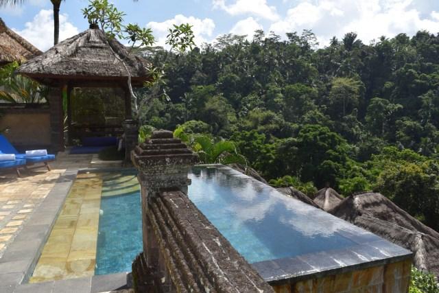 Blick auf den Infinity Pool im Resport Puri Walundari, Ubud, Bali