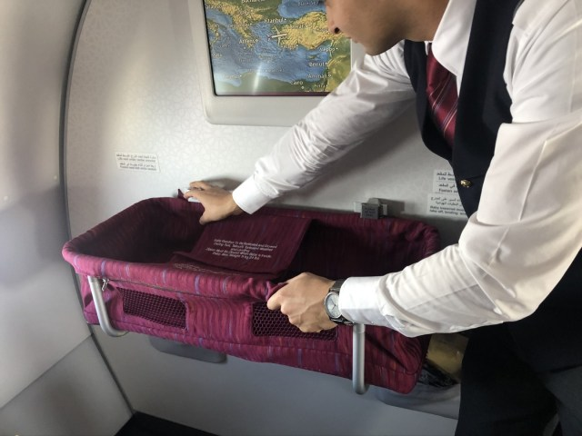Aufbau des Baby Bassinets im  Qatar Airways Airbus A320