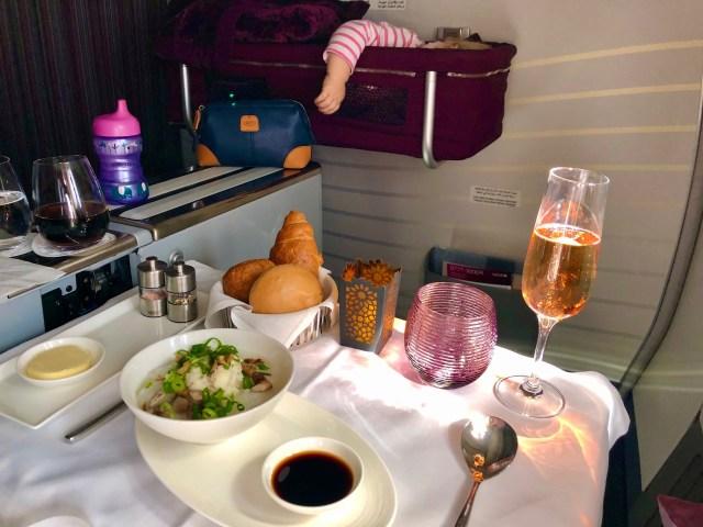 Frühstück auf dem Weg nach Bali, Qatar Airways  Boing 777 Business Class