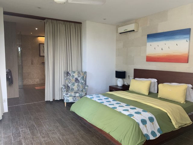 Zweites Schlafzimmer im Untergeschoss mit Zugang zum Garten