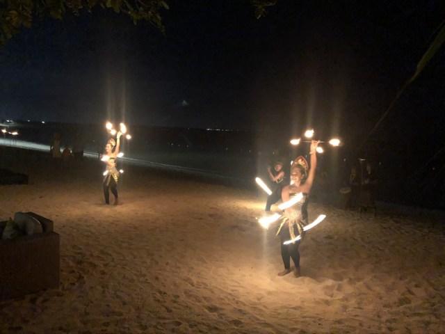 Traditioneller balinesischer Tanz direkt am Strand