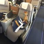 Business Class Sitz im Airbus A380 bei Lufthansa auf dem Flug nach San Francisco