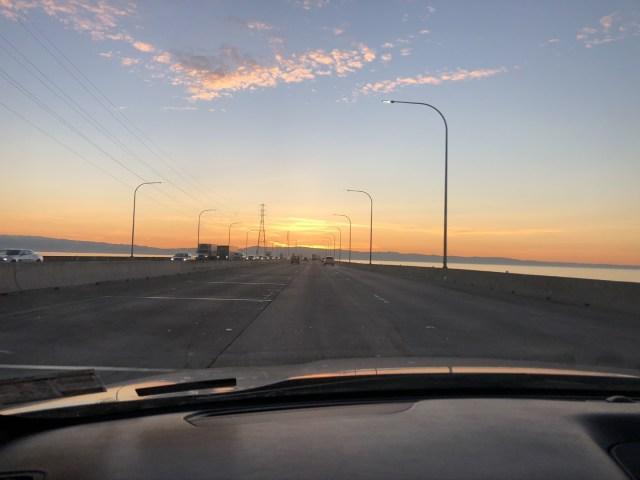 Fahrt über die San Mateo-Hayward Bridge in Richtung Flughafen San Francisco (SFO)