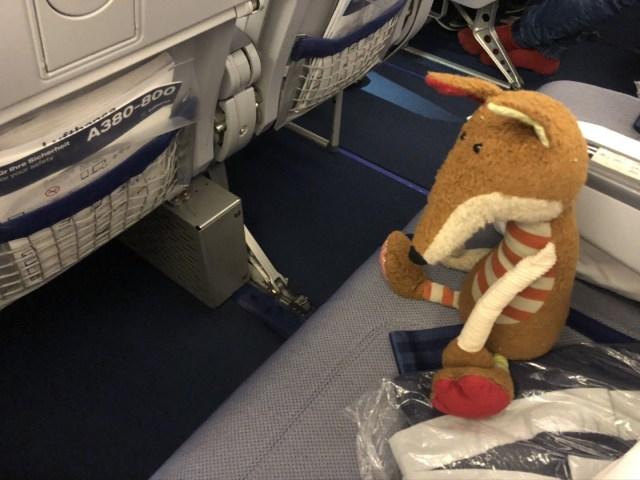Wenig Platz für die Füße entlang der Mittelsitze in der Lufthansa Airbus A380 Economy Class