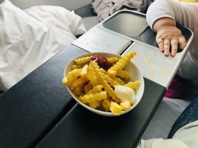 Pommes mit Mayo und Ketchup in der Eurowings Business Class