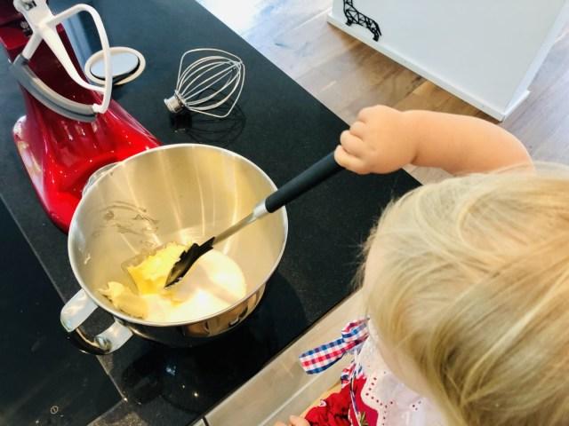 Butter und Zucker als Basis für den Teig