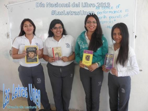 Estudiantes #3AMARH con los libros a regalar.