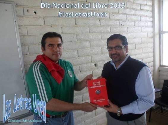 Mtro. Eduardo Villegas regalando libro con motivo Día Nacional Libro 2013.