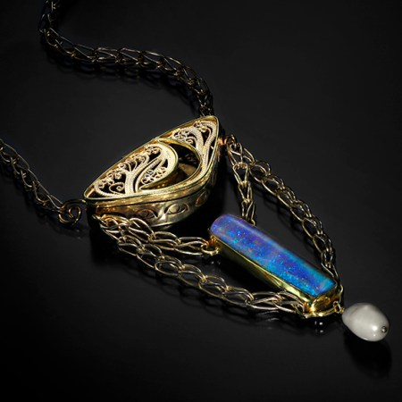 Glimmer, Russian filigree amulet with chasing and kum boo by Victoria Lansford; photo by Pat Vasquez-Cunningham