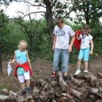 Jessie, Thijs en Lara tellen de takken als opdracht bij de speurtocht