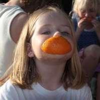 Kim trekt er een sinaasappellach bij
