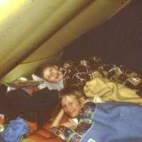 De jongere kinderen sliepen in tenten