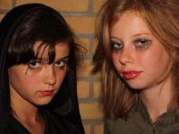 Alexandra en Dagmar zijn van plan de jongens eens goed te laten schrikken