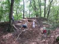 Even slingeren aan een touw in het bos