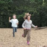 Leonie en Ingeborg rennen de berg af
