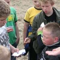 Anthony deelt kaartjes uit aan Donovan en Lars