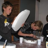 Levi en Lars maken menhirs