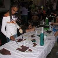 Bjula aan het schilderen