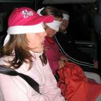 Leonie, Jodie en Anthony in de auto voor de dropping