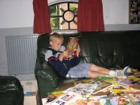 Giovanni ligt lekker even op de bank een stripboek te lezen