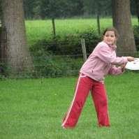 Alexandra gaat de frisbee werpen