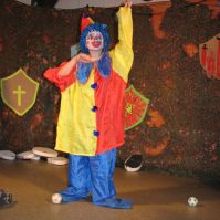 Donovan als clown tijdens de bonte avond
