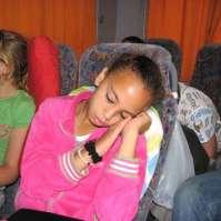 Demi kan toch niet wakker blijven op de terugweg