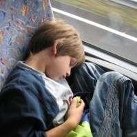 Kelvin slaapt lekker in de bus