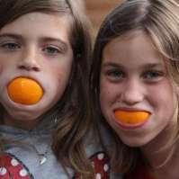 Lieve en Fay 'eten' een sinaasappel
