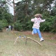 Lieve rent en springt over het springparcours voor de rode draad