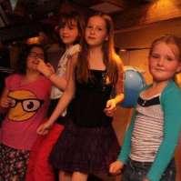 Isabel, Lieke, Jadie en Kim dansen op de tafels