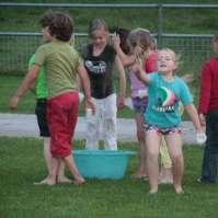 De jongere kinderen klaar om de 14-jarigen en de leiding te bekogelen met water
