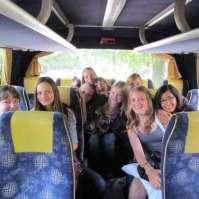 Achterin de bus is het domein van de oudste meiden