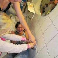 Ook Alexandra wordt op de laatste avond nog even gedoopt