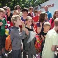 Wachten om de bus in te mogen, lekker op kamp!