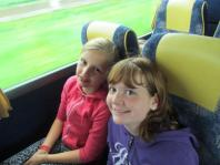 Roos en Lieke in de bus