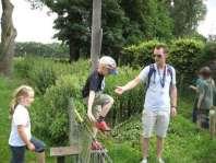 Karel helpt Tim over het hekje