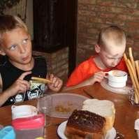 Jay en Tim eten lekker van hun soep