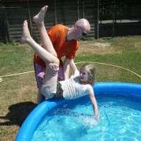 Michel helpt Beau het badje in!