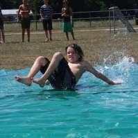 Jeroen test de waterglijbaan