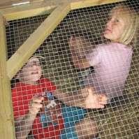 Tim en Mandy in het konijnenhok