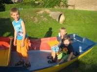 De zoons van Inge spelen samen in het bootje