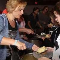 Marian schept de aardappelen op