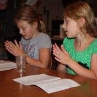 Fé en Tess zingen liedjes na het eten