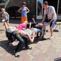 Karel leert de meiden een moeilijke en zware truc