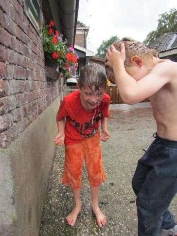 Lucas en Xylander aan het douchen in de stromende regen