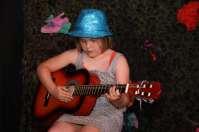 Helena speelt live (!) gitaar