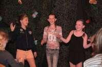Het presentatie-trio: Tess, Hannah en Lizzy