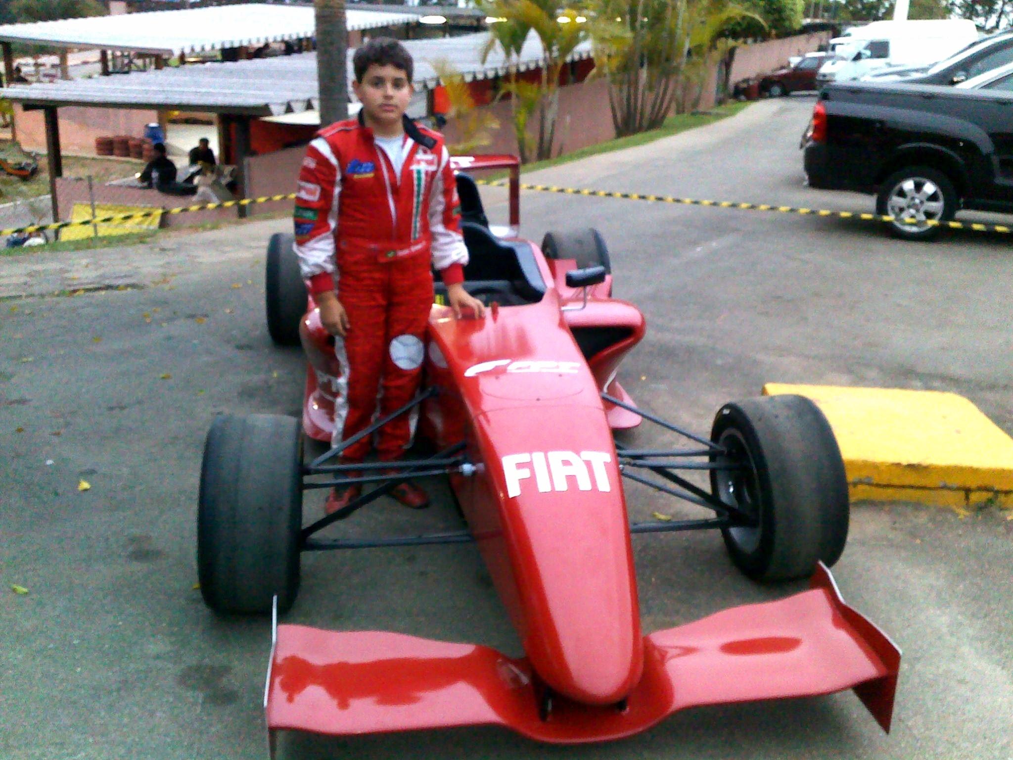 Victor ao lado do novíssimo Fórmula Fiat 2010