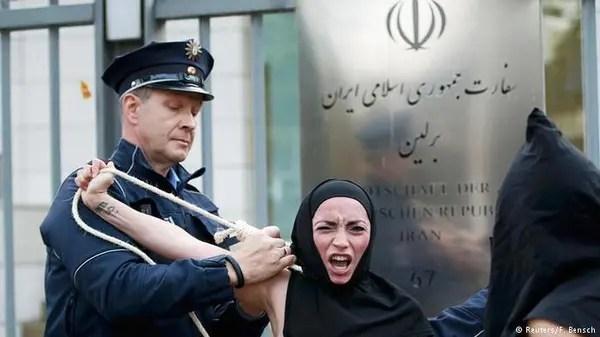 آرایشگاه فردا بوکان *اعتراض برهنه گروه فمن در مقابل سفارت ایران در برلین به ...